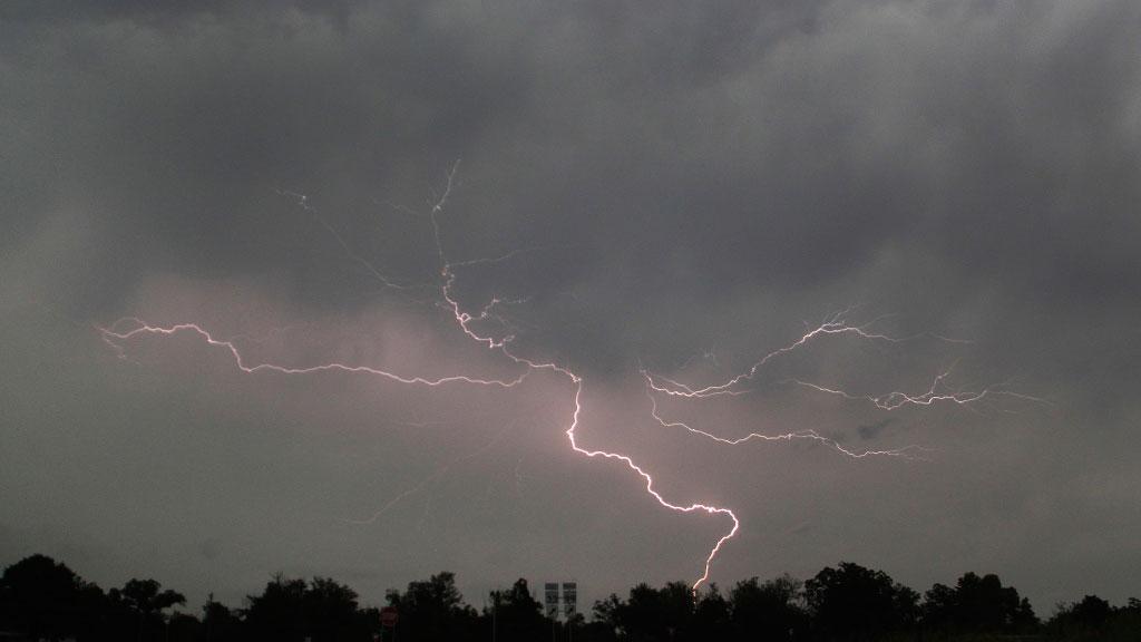 Штормовое предупреждение: сильные дожди с грозой и градом надвигаются на Ростовскую область