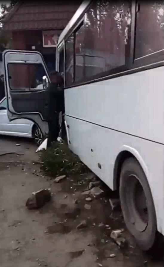 В Каменске-Шахтинском водитель микроавтобуса потерял сознание за рулем